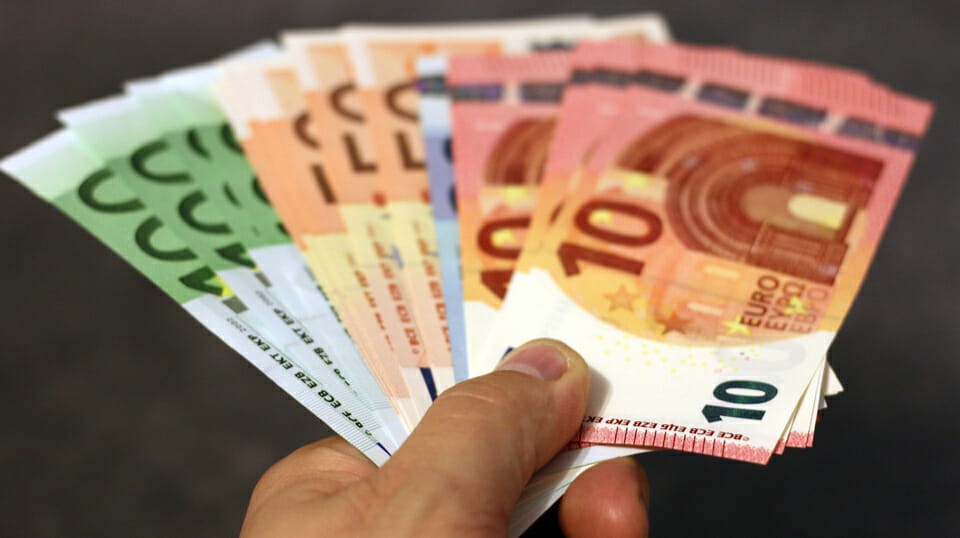 Romanian on €3000 benefits a month scammed pensioners of €300,000